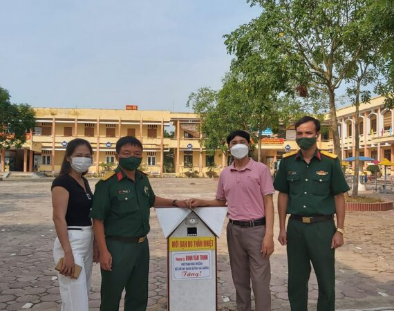 Gia Đình Thượng tá Đinh Văn Trịnh Tặng Máy đo thân nhiệt và máy rửa tay sát khuẩn tự động trường học Tân Kỳ